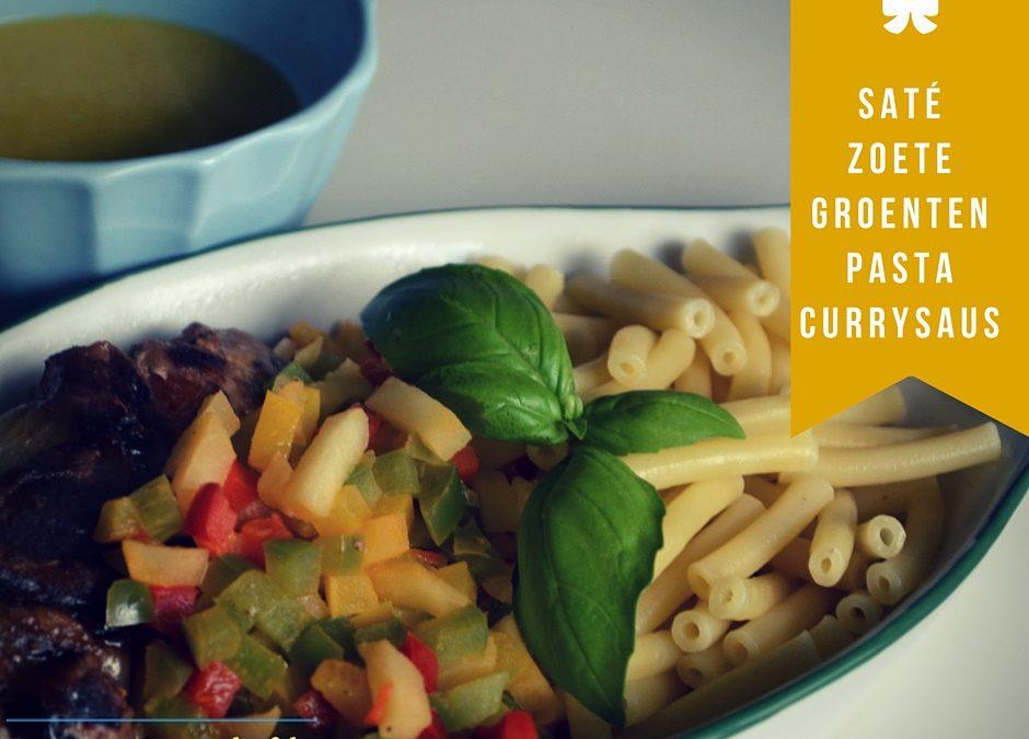 Saté met currysaus, pasta en zoete groentjes