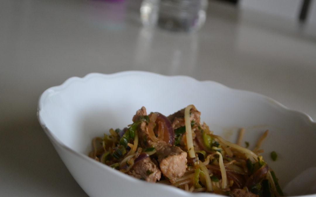WOK met varkensreepjes, boekweitnoedels en groente