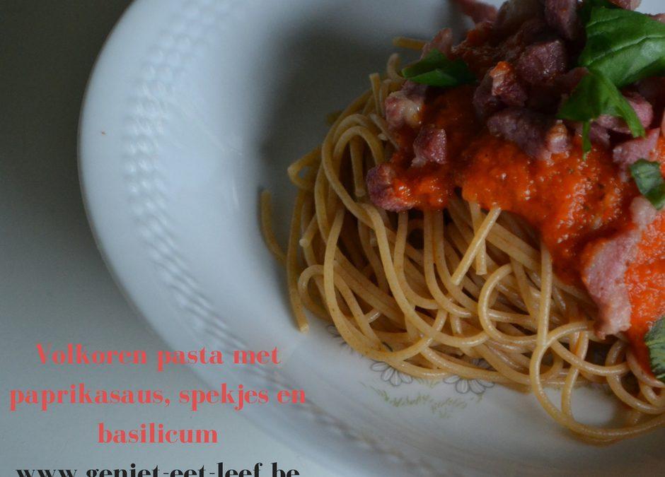 Volkorenpasta met paprikasaus, spekjes en basilicum